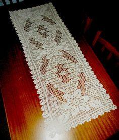 Crochet Table Runner, Table Runner Pattern, Crochet Tablecloth, Crochet Patterns Filet, Filet Crochet, Knitting Patterns, Crochet Dollies, Crochet Art, Crochet Bedspread