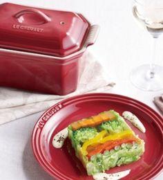 楽天が運営する楽天レシピ。ユーザーさんが投稿した「ル・クルーゼ公式] 彩り野菜のテリーヌ」のレシピページです。色とりどりの野菜をたっぷり敷き詰めて、コンソメジュレで冷やし固めた宝石のような前菜。断面の美しさが特長です。。彩り野菜のテリーヌ。赤パプリカ,黄パプリカ,キャベツ(葉の大きいもの),にんじん(1㎝角×長さ12cm),いんげん,ブロッコリー,(A),・水 (常温),・チキンコンソメ(顆粒),・塩