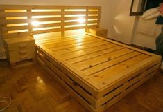 This picture has a big bed with side tables attached to it, you can see two side tables besides the bed and you can also see that how best it is looking. Trying such ideas when it comes to making your own bed from the wooden palette is excellent. Pallet Bedframe, Wooden Pallet Beds, Pallet Home Decor, Pallet Crafts, Pallet Furniture, Furniture Plans, Repurposed Furniture, Headboard Decor, Bedroom Decor