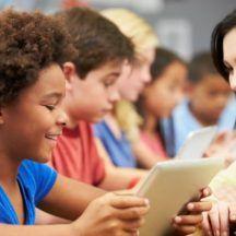 ¿Qué es la pedagogía blanca? Es una forma de enseñar que acompaña a los niños durante su aprendizaje educando en positivo. Tiene como objetivo desarrollar las potencialidades, sus talentos y sus propios ritmos evolutivos desde el respeto. Con ella se despierta la curiosidad innata de los más pequeños, así como su creatividad y espíritu crítico. Compartimos con vosotros esta noticia en nuestro objetivo de mejorar la educación, formación y ayudar a nuestros profesores y alumnos.