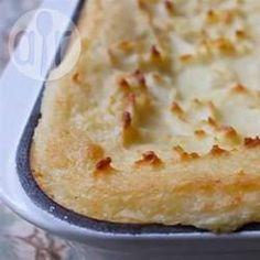 Kartoffelpüree mit Mascarpone / Das ist ein Kartoffelpüree für besondere Gelegenheiten. Es wird durch viel Butter und Mascarpone besonders cremig und wird anschließend im Ofen überbacken.@ de.allrecipes.com