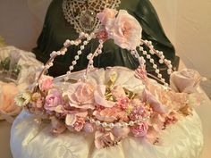 Couronne de fée, Noël, roses en papier, perles, shabby chic. Couronne Shabby Chic, Decoration, Craft Gifts, Roses, Crown, Gift Ideas, Crafts, Fairy Crown, Garland