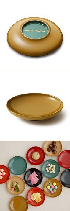 【aisomocosomo まめ皿(中川政七商店)】/小さくて、かわいらしいお皿を漆で塗り上げました。100%本漆ならではの豊かな色彩を手のひらにのせてお楽しみください。お塩や柚子こしょうなどに使って食卓を演出、和菓子をちょこっとのせて客人をもてなすのも面白そう。日本ならではの器の使い方と、漆の潤いをこの「まめ皿」を通して感じていただけると幸いです。使えば使う程色が変化し、様々な表情を見せる天然漆独特の色味と風合いをお楽しみください。 #shitsurindo #aisomocosomo #urushi #crafts #tableware Chinese Style, Japanese Style, Japanese Plates, Kintsugi, Pottery, Ceramics, Tableware, Favorite Things, Crafts