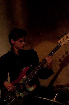 Thomas-Brodie Sangster playing at a Winnet show.