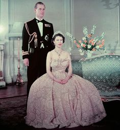 Queen Elizabeth the second seated in front of Prince Philip, Duke of Edinburgh / La reine Elizabeth II assise devant le prince Philip, duc d'Édimbourg Princesa Elizabeth, Princesa Margaret, Young Queen Elizabeth, Prinz Philip, English Royal Family, Isabel Ii, Her Majesty The Queen, Queen Of England, English Royalty