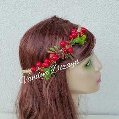Kırmızı tomurcuklarla ve pıtırcıklarla hazırlanmıştır. Hasır iple saç örgüsü yapılmış saç bandı doğal bir görünüm kazandırmaktadır. Gelin saç aksesuarı