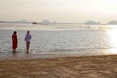Beachcombing am Strand des Islanda Eco Village Resorts auf Koh Klang, Krabi, Thailand Krabi, Thailand, Strand, Beach, Water, Outdoor, Travel, Water Water, Outdoors