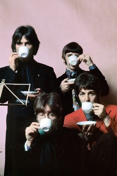 The Beatles in color: Unseen photos The Beatles pose for a cover for Life Magazine during a recording session for Sgt. Pepper's Lonely Hearts Club Band, (Henry Grossman) Foto Beatles, Beatles Poster, Les Beatles, Beatles Photos, Ringo Starr, Rapper, Rock Poster, Best Guitar Players, Rubber Soul