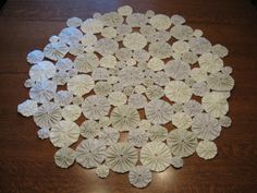 Fabric yo-yo table decoration - an alternative to the croched doily. Quilting Projects, Sewing Projects, Yo Yo Quilt, Fabric Shack, Diy And Crafts, Arts And Crafts, Penny Rugs, Quilted Table Runners, Table Toppers