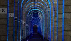 Le Viaduc de Chaumont surgit dans la nuit, imposant et coloré.