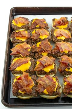 Tender beef, crispy bacon and oozing with melting cheese, you won't believe how simple these Bacon Cheeseburger Sliders are to make. Everything is made in the oven in under 30 minutes! sliders recipes oven Easy Bacon Cheeseburger Sliders – Must Love Home Cheeseburger Sliders, Beef Sliders, Sliders Burger, Mini Hamburger Sliders, Oven Burgers, Mini Sliders, Cheese Burger, Appetizer Recipes, Dinner Recipes