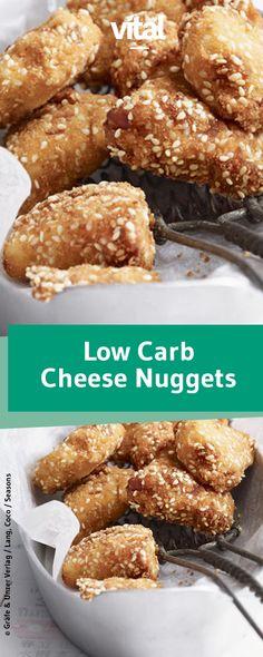 Dieses Fingerfood müsst ihr probieren! Zart schmelzender Käse in einer knusprigen Hülle aus Sesam. Wir verraten euch das Rezept für Low Carb Cheese Nuggets.