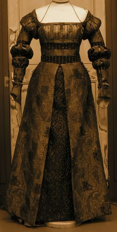The Rose's Thimble Costume reconstituted: dress slashed, inspired by the painting Sybille of Cleves from Cranach in 1543