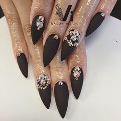 Poderá usar: Cor MATT Black e Gel de acabamento MATT. Nail Art: Tachas douradas ou Brilhantes! www.biucosmetics.pt