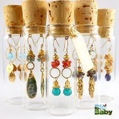 Guarda frascos de vidrio y corchos de botellas de vino para almacenar aretes.