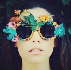 Cosmopop can add the perfect pop of peach to your pout! Photo via mkmakeupartistry Sunglasses: Mercura surreal garden rose sunglasses Flower Sunglasses, Ray Ban Sunglasses, Funny Sunglasses, Moda Fashion, Diy Fashion, Funky Glasses, Diy Sac, Tropical Vibes, Poses