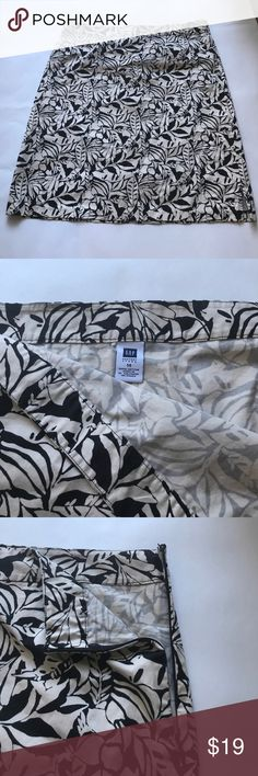 """GAP Tropical Print Cotton Skirt sz 14 Brand: Gap  Color:  Black & Cream  Condition: EUC  Style: Cute Tropical Print a-line Skirt. Flat front. Side zip. Unlined. Small side slits. Great for pairing with basic black wardrobe essentials!  Materials: Cotton (no stretch)  Size: 14  Waist: 18"""" Length: 22""""   🍍🍍🍍Bundle & Save with my Other Listings! GAP Skirts Midi"""