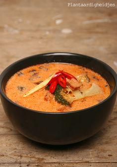 Thaise kokossoep 2 el Thaise rode curry pasta (let op dat er geen garnalen in zit neem bv de Koh Thai Red curry paste bij de AH ) 1 p...
