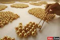découverte de six sépultures d'enfants datées du 12è siècle et quelques 2.000 perles de verre (provenant d'Inde et d'Indonésie) et de coquillages (provenant du Kenya) à Mayotte.