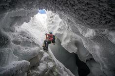 Un ricercatore scala una parete di ghiaccio per uscire da una caverna formata da alcuni camini vulcanici sul monte Erebus in Antartide.  © Alasdair Turner/National Geographic Traveler Photo Contest