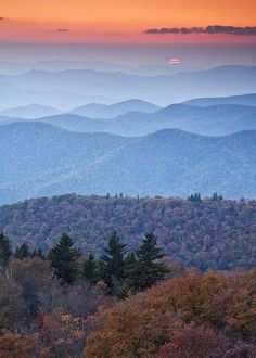 Sunset at Blue Ridge Parkway, North Carolina (by Rob Travis). Love the Blue Ridge mountains! So beautiful! Nature Green, All Nature, Blue Ridge Mountains, Nc Mountains, Beautiful World, Beautiful Places, Beautiful Sunset, Pics Art, Beautiful Landscapes