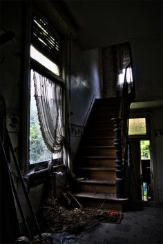 Beautiful old abandoned house > but it seems creepy X) Abandoned Property, Old Abandoned Houses, Abandoned Mansions, Abandoned Buildings, Abandoned Places, Old Houses, Abandoned Castles, Famous Castles, Stairway To Heaven