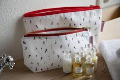 Our unisex washbags are the perfect travel accessory for when you hit the slope. Made out of cotton and finished to be completely waterproof, this is a perfect gift for all ski lovers of any age. Tiny Pics, Holiday Packing Lists, Ski Holidays, Wash Bags, Toiletry Bag, Holiday Travel, Travel Accessories, Screen Printing, Skiing
