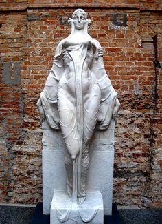 "`.""Musa impassível   VICTOR BRECHERET _ A escultura mais fascinante que já vi."" ...I have no idea what that says, but this Sculpture is surely something remarkable."