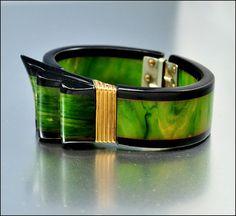 armband in bakeliet - Art Deco Bracelet Bakelite Ribbon Hinge Bangle Carved by boylerpf    Be still my beating heart...