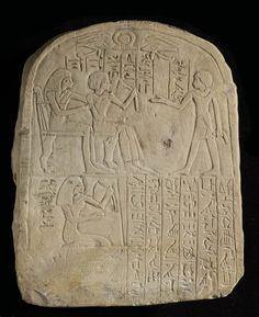 Onouriserhat et sa femme Tanetiounet, assis, recevant l'hommage de leur fils Khaemouaset  vers 1425 - 1400 avant J.-C.  calcaire H. : 26,10 cm. ; L. : 22,10 cm.  Assise sous eux, leur fille Satkhat.