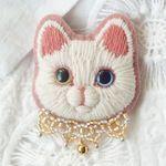 白猫の毛糸刺繍のブローチ6匹目