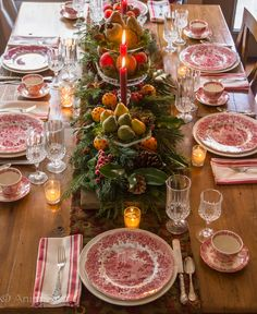An English Christmas Cena formal en Navidad en Grimmauld Place: Molly, Nova, Remus, Grace, Andromeda Christmas Table Settings, Christmas Tablescapes, Christmas Mantels, Christmas Table Decorations, Noel Christmas, Primitive Christmas, Holiday Tables, Decoration Table, Country Christmas