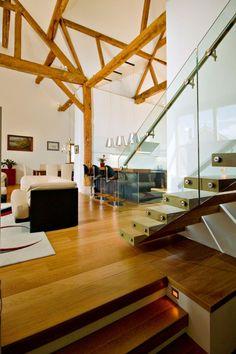 alte scheune wohnhaus holzboden glas geländer treppe