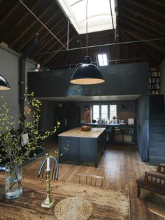 Industrial style creates pictures of real lofts: concrete, block, exposed pipelines, peeling off paint, rough-hewn timber as well as corroded and crusty finishes. Home Interior, Interior Architecture, Interior And Exterior, Interior Ideas, Kitchen Interior, Simple Interior, Residential Architecture, Black Interior Design, Natural Interior