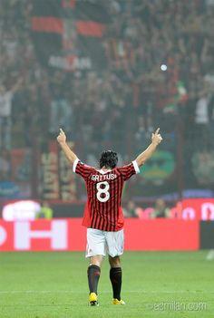 Oggi una leggenda rossonera compie 37 anni: buon compleanno Rino Gattuso! #ForzaMilan Gennaro Gattuso, Mma, Legends Football, Soccer Poster, Football Is Life, Soccer Stars, Great Team, Ac Milan, Football Players