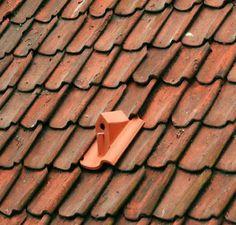 Birdhouse, Klaas Kuiken Klaas Kuiken Prijs: Op bestelling Het huisje is met een speciale kit verlijmd op de dakpan waardoor deze bestendig is tegen extreme temperaturen en bijvoorbeeld niet los kan komen tijdens de winterse vrieskou.