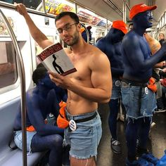 Instagram-Account-Shares-Hot-Dudes-Reading-Books Hot Men Bodies, Guys Read, Nyc Subway, Man Images, Books For Boys, Culture, Man Crush, Bibliophile, Books To Read