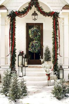 Uplift the décor of your porch with these chic Christmas porch decoration ideas. The outdoor Christmas décor inspiration in the gallery offers inputs for a complete porch Holiday makeover. Front Door Christmas Decorations, Christmas Front Doors, Christmas Porch, Noel Christmas, White Christmas, Christmas Wreaths, Christmas Greenery, Christmas Entryway, Natural Christmas