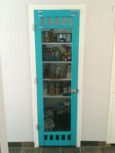 Ideas for pantry screen door diy chicken wire Screen Door Pantry, Wooden Screen Door, Diy Screen Door, Diy Door, Screen Doors, Wood Cabinet Doors, Wood Cabinets, Double Sliding Barn Doors, Closet Door Makeover