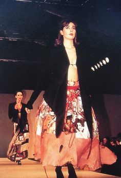Image: Alexander McQueen with Isabella Blow. We're working with the MAAS Centre For Fashion to bring you information about the Isabella Blow: A Fashionable Life exhibition, which is … Fashion Art, Fashion Show, Vintage Fashion, Vintage Style, Retro Vintage, Isabella Blow, Queen Art, Mc Queen, Central Saint Martins