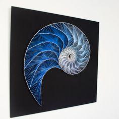 Deze tekenreeks kunstwerk is geïnspireerd door de Fibonacci-spiraal. Het schildert de symmetrieën en het evenwicht in de natuur, door de vorm van een nautilus.  ITEM METINGEN: Afmetingen: 19.7 x 19.7 / 50cm x 50 cm (breedte x hoogte) Gewicht: ~ 3,5 pond/1,5 kg  MATERIALEN: Alle gebruikte materialen zijn eco-vriendelijk, terwijl ik nooit gebruik van spray verf of andere giftige stoffen. Al mijn stukken zijn geschilderd op alle kanten met de hand, met top kwaliteit acryl kleuren en bo...