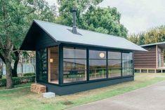MUJI HUT | 木之小屋由日本設計師深澤直人設計,大小約為25平方公尺,深綠外觀看起來像是在童話繪本裡的森林小木屋,透過大面積的玻璃窗可看見寬敞而舒適的內裝設計。裡面附有暖爐、廚房、衛浴等基本設備,甚至還有日本家庭必備的浴缸,可滿足一般生活起居需求,一個人住很舒適,兩個人住也不會太狹窄。