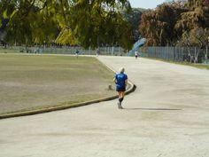 Señora mayor corriendo en una pista de atletismo.