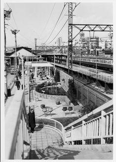 1969年(昭和44年) 3/7 品川区大井1丁目 歩道橋の上から、噴水のある小さな公園を撮影