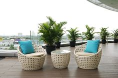 Berbincang di balkon atau teras rumah menjadi lebih menyenangkan