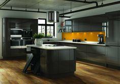 Wandgestaltung der Küche mit einer orangenen Akzent-Zwischenwand