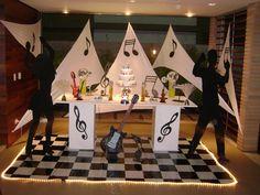 decoração de festa com discos de vinil - Pesquisa Google Music Centerpieces, Music Party Decorations, Music Decor, Party Centerpieces, Party Themes, Party Rock, Sock Hop Party, Music Themed Parties, Music Crafts
