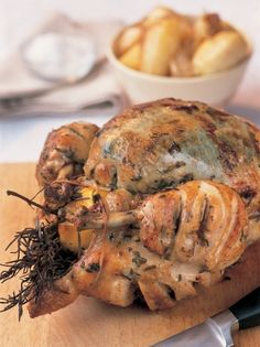 Jamie Oliver's Perfect Roast Chicken Jamie Oliver's Perfect Roast Chicken – The Happy Foodie Best Roast Chicken Recipe, Best Roasted Chicken, Perfect Roast Chicken, Roast Recipes, Dinner Recipes, Cooking Recipes, Roast Chicken With Stuffing, Roast Chicken Side Dishes, Traeger Recipes