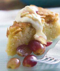 Æblekage med vindruer og pinjekerner | Opskrift
