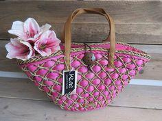 Luxe strandtas van kbas met gevlochten lintin fuchsia kleurmet rits plus vakje mobiel  Riet  Afmetingen 50 x 12x 32 cm
